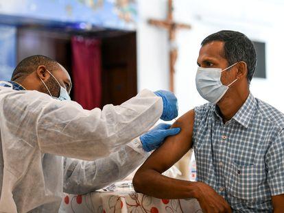 Un hombre recibe la vacuna contra la covid en Abu Dhabi el 16 de enero.