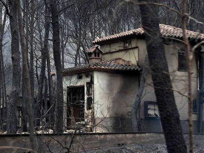 Una casa quemada en Monte Pinar, cerca de la localidad de Barx.