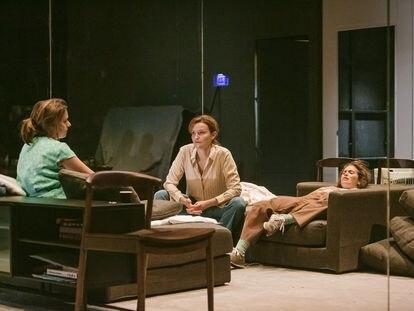 Las tres hermanas chejovianas en la versión de Manrique: Maria Rodríguez, Cristina Genebat y Elena Tarrats.