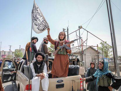 Combatientes talibanes en la parte trasera de un vehículo en Kabul, este lunes.