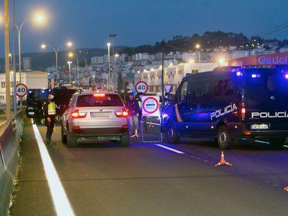 Control de la Policía Nacional en Vigo este viernes para evitar que ciudadanos se desplacen a segundas residencias.