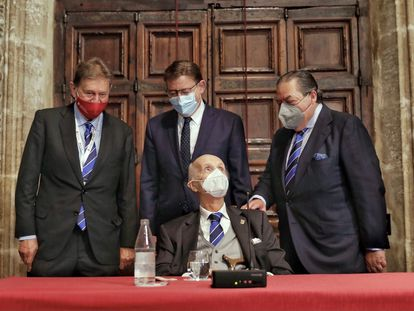 Javier Quesada (presidente ejecutivo de los Jaime I), Ximo Puig y Vicente Boluda, arropan a Santiago Grisolía, el promotor de los premios, este martes en el Palau de la Generalitat.