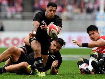 El jugador de los 'All Blacks' Te Toiroa Tahuriorangi (c), contra Japón hace una semana.