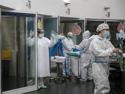 Personal sanitario en la UCI del Hospital del Mar de Barcelona.
