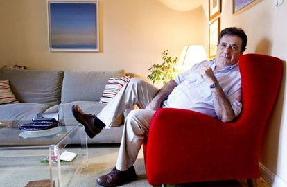 El escritor Luis Landero, en su casa madrileña.