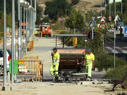 Unos operarios trabajando en una obra en Huelva