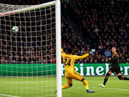 Rodrigo anota el gol de la victoria del Valencia ante el Ajax.