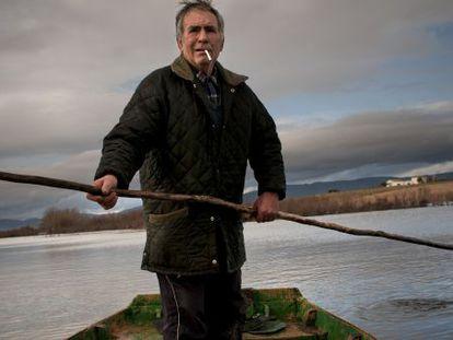 Francisco Abaldea 'el Duende' en su barca, en el río Guadiana.