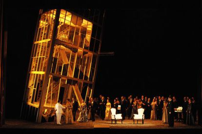 Los cantantes junto a la torre inclinada que preside el montaje.