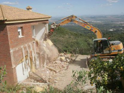 Vivienda ilegal derribada en la sierra de Córdoba en abril de 2008.