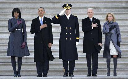 El presidente y el vicepresidente de EE UU pasan revista a las tropas junto a sus esposas.