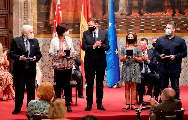 El presidente de la Generalitat valenciana, Ximo Puig, en el centro, con los premiados este año con las altas distinciones de la comunidad autónoma.