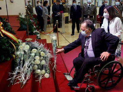 Francisco Cardona, padre de uno de los fallecidos en el Yak-42, deposita una rosa en el monolito a los caídos acompañado por la ministra de Defensa, Margarita Robles.