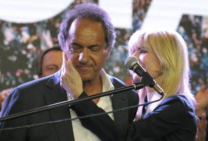 El peronista Daniel Scioli, el domingo, día de su derrota, consolado por su esposa, Karina Rabolini.