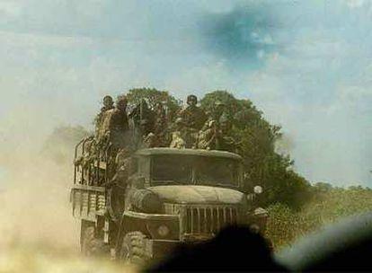 Un camión cargado con soldados etíopes abandona una base de la capital somalí.