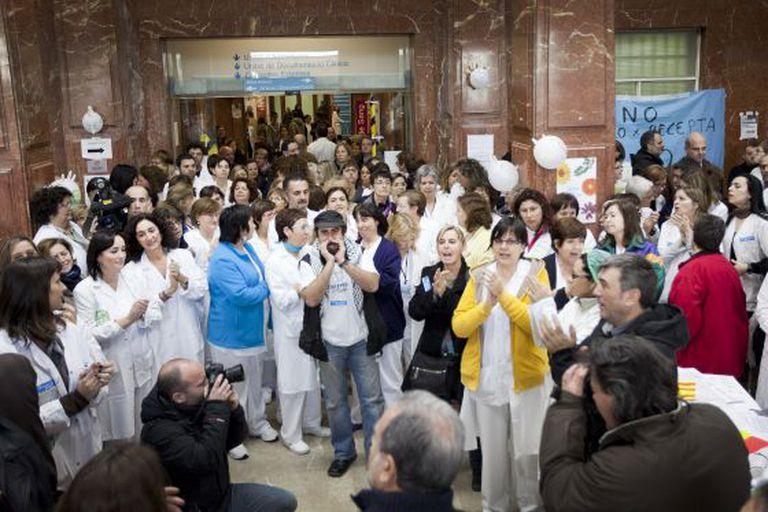 Los empleados del hospital barcelonés del Vall d'Hebron, durante su protesta en el vestíbulo del centro por la gestión de la sanidad catalana.