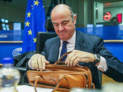 El ministro, Luis de Guindos, en la Comisión de Asuntos Económicos del Parlamento Europeo, en Bruselas