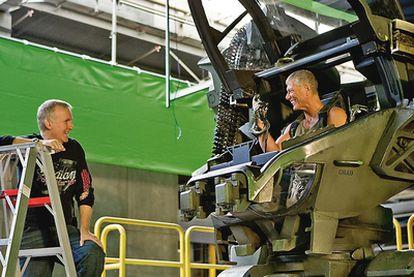 El director James Cameron conversa con  Stephen Lang (Coronel Quaritch) en El Volumen