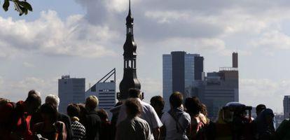 Un grupo de turistas contempla una panorámica de Tallin, la capital estonia.