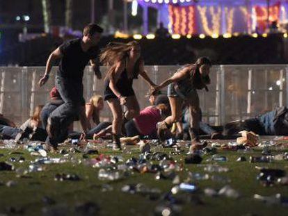 Un solo asesino disparó varias ráfagas desde un hotel de Las Vegas contra miles de personas que asistían a un concierto en la calle
