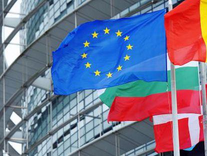 La bandera de la Unión Europea ondea en Estrasburgo.