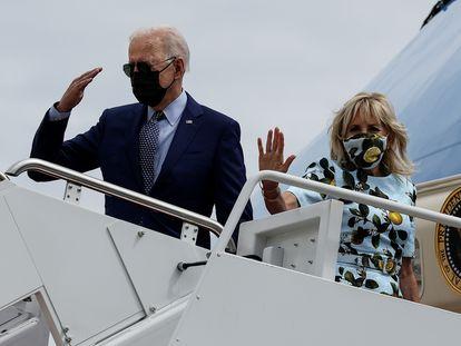 El presidente Joe Biden, este jueves a punto de partir hacia Georgia junto a su esposa, Jill Biden, a bordo del Air Force One, en Maryland.