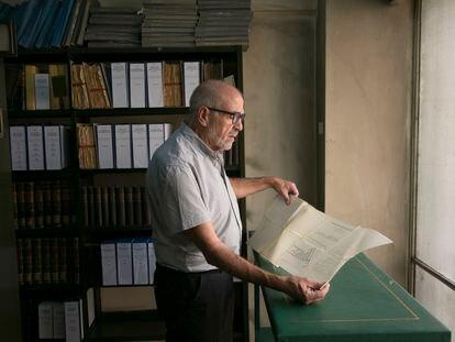 El director de la biblioteca de Medicina de la Complutense, Javier de Jorge, sostiene un plano histórico de los balnearios de España.