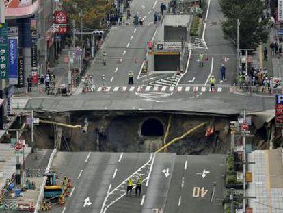 Un vídeo grabado con una cámara de seguridad muestra el tapado de un hoyo de 15 metros en Fukuoka