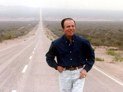 El presidente de argentina Carlos Menem pasea por la autopista cerca de su casa en el norte de Argentina, antes de ir a votar, el 24 de octubre de 1999.