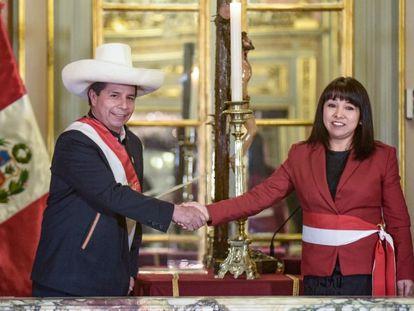 El presidente de Perú, Pedro Castillo, saluda a Myrtha Vásquez, nueva presidenta del Consejo de Ministros.