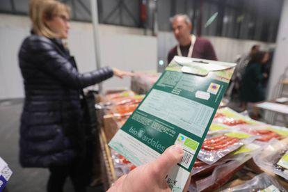 Un producto con la etiqueta verde que lo certifica como ecológico.