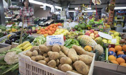 Puesto de patatas en el mercado de los mostenses.