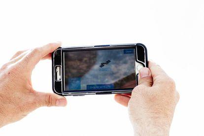 Florin-Paul Ardelean busca en su móvil el satélite al que engancharse para obtener conexión a internet.