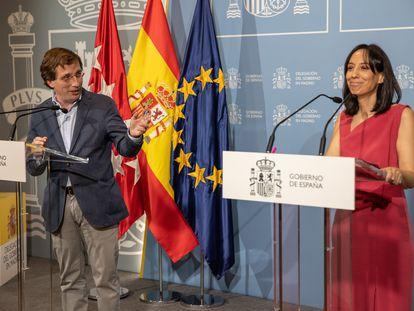 El alcalde de Madrid, José Luis Martínez-Almeida, y la delegada del Gobierno, Mercedes González, durante la rueda de prensa conjunta tras la reunión de la Junta y del Consejo Local de Seguridad de la capital, este miércoles en la Delegación de Gobierno, en Madrid.