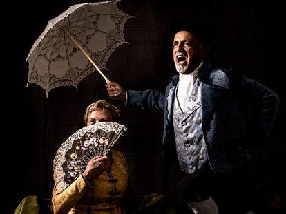 Dos miembros de Goyescos de Fuendetodos, ataviados con trajes de época. Esta asociación cultural se ocupa principalmente de recuperar las tradiciones, bailes y vestuario de los tiempos de Francisco de Goya, organizando una vez al año la Semana Goyesca.