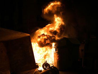 Contenedores ardiendo durante la tercera noche de protestas en Barcelona.
