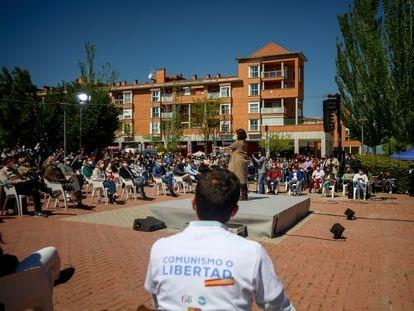 """Un hombre acude a un acto electoral del PP con un polo donde se lee """"comunismo o libertad"""" en Las Rozas, Madrid."""
