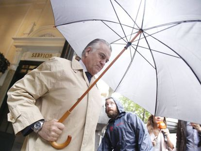 El extesorero del Partido Popular Luis Bárcenas, a la salida de su casa en Madrid en mayo de 2018.