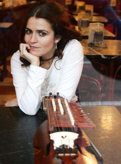 Ana Alcaide se arreglaba para tocar en la calle, siempre de blanco.