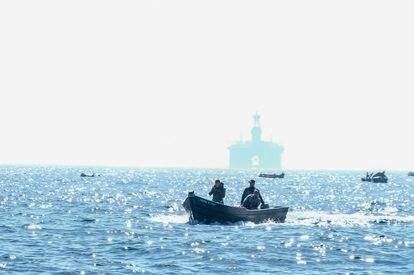 Pescadores marroquíes en el estrecho de Gibraltar.