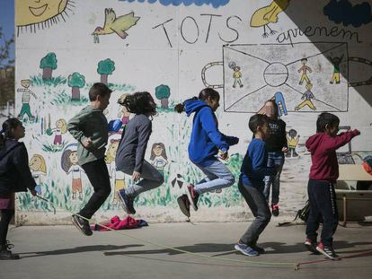 En foto, niños en el patio de una escuela primaria, en Barcelona. En vídeo, la vuelta al cole 2019 costará casi 880 euros por familia.