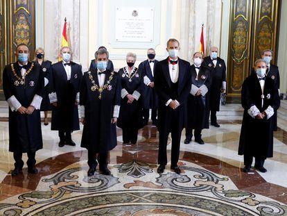 El rey Felipe VI y el presidente del Consejo General del Poder Judicial (CGPJ), Carlos Lesmes posan antes de inaugurar el año judicial en una ceremonia celebrada  el pasado diciembre en el Salón de Plenos del Tribunal Supremo, en Madrid.