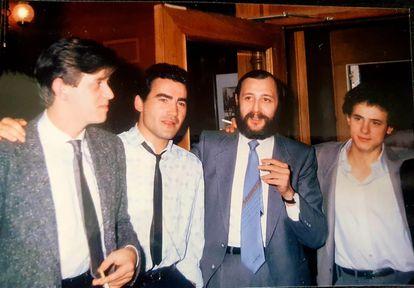 Desde la izquierda, el guionista Gonzalo Goicoechea, el actor Valentín Paredes, Eloy de la Iglesia  y José Luis Manzano. Fotografía cortesía de Valentín Paredes.