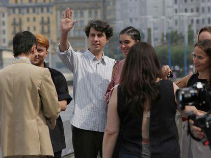Jonás Trueba, con los protagonistas de 'Quién lo impide', en San Sebastián. Foto: JAVIER HERNÁNDEZ