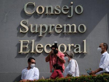 Integrantes de la opositora Alianza Ciudadanos tras inscribirse en solitario ante el Tribunal Electoral para las elecciones presidenciales previstas para noviembre en Nicaragua.