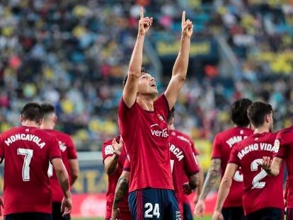 Lucas Torro celebra con los jugadores del Osasuna un gol contra el Villarreal en la Liga Santander.