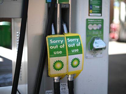 """Una gasolinera de BP en Londres con carteles de """"fuera de servicio"""" en los surtidores, este viernes."""