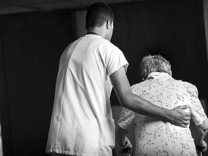 En Cataluña, tan solo el 7% de los auxiliares de gerontología en residencias públicas son hombres.