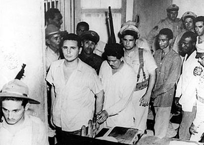 Un jovencísimo Fidel Castro, el primero de la fila de los presos que se rebelaron en el Moncada contra el Gobierno de Batista en 1953.