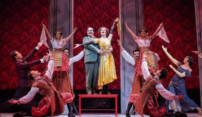 Escena de la producción ganadora de 'Anastasia', con Silvia Luchetti y Javier Navares, también galardonado, en el centro.